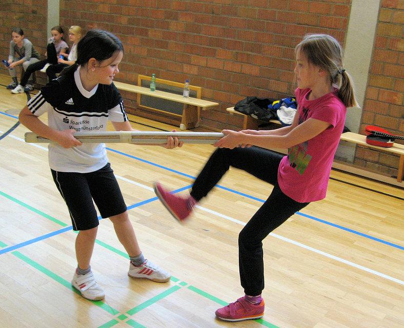 In Zusammenarbeit mit dem Taekwondo-Verein absolvierten die Viertklässlerinnen der Marien-Grundschule einen Selbstverteidigungskursus. Foto: pd